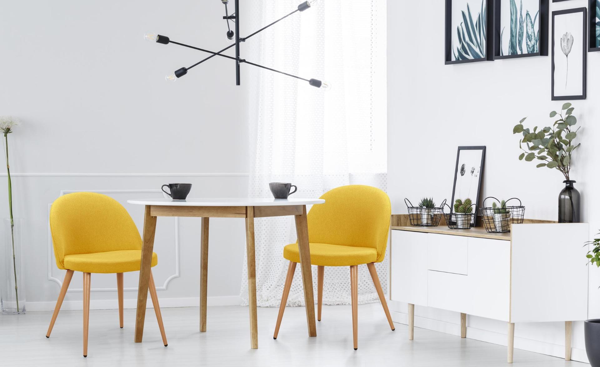 Set di 4 sedie scandinave Maury in tessuto giallo
